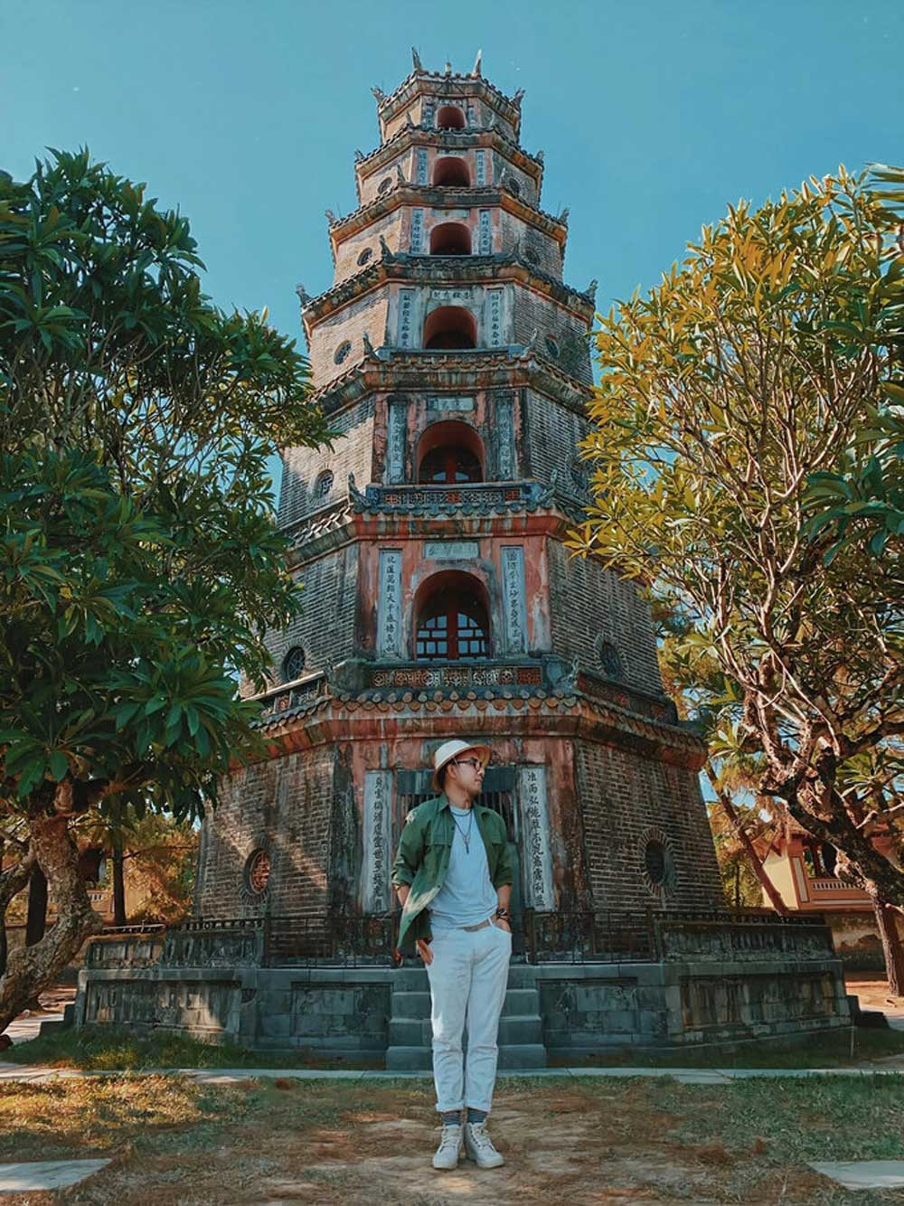 Chùa cổ, 400 tuổi, bên dòng sông Hương, chùa Thiên Mụ, thu hút du khách, câu chuyện lịch sử, kiến trúc độc đáo