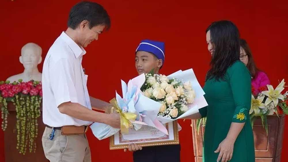Khen thưởng học sinh móc rác tắc ở miệng cống