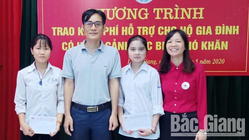 """Thầy giáo Ngô Hồng Quang-""""Cầu nối"""" giúp trò nghèo tới trường"""