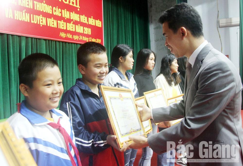 Chủ tịch UBND huyện Hiệp Hòa Hoàng Công Bộ khen thưởng các tập thể, cá nhân đạt thành tích trong lĩnh vực văn hóa, thể thao.