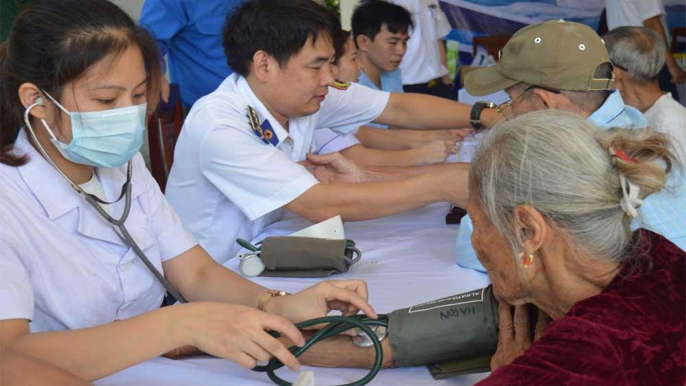 Cảnh sát biển khám bệnh, tặng quà cho đồng bào công giáo