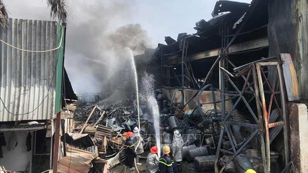 Cháy lớn tại xưởng hóa chất ở quận Long Biên, Hà Nội