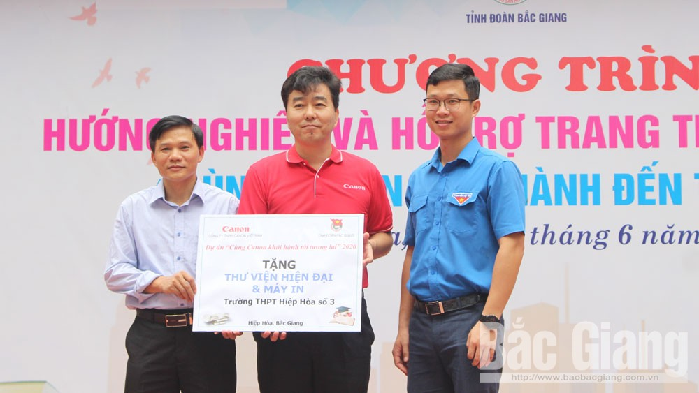 Canon Vietnam presents library equipment to Hiep Hoa No 3 High School