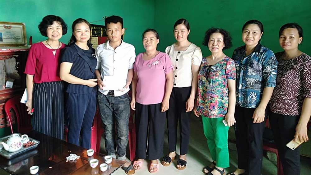 Gift presented to 13 orphans in Luc Ngan