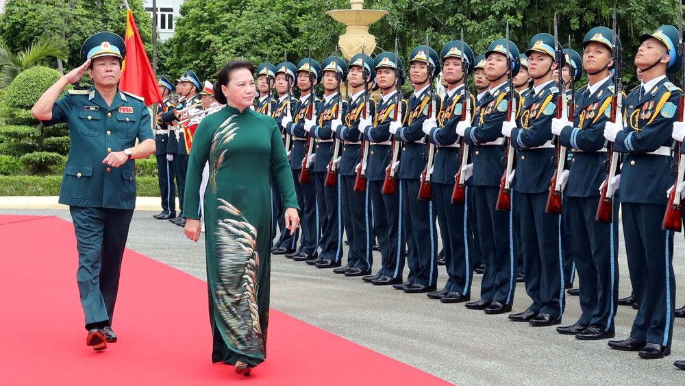 Chủ tịch Quốc hội Nguyễn Thị Kim Ngân thăm và làm việc tại Quân chủng Phòng không - Không quân