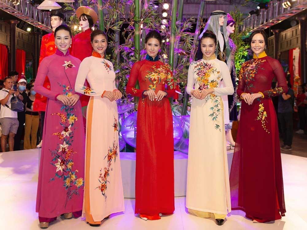 History of ao dai, Saigon exhibit, periodic changes,  traditional dress of Vietnamese women, Ao Dai Museum, historic development