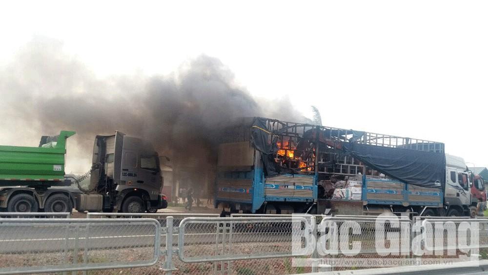Bắc Giang: Một máy xúc bốc cháy trên quốc lộ 1