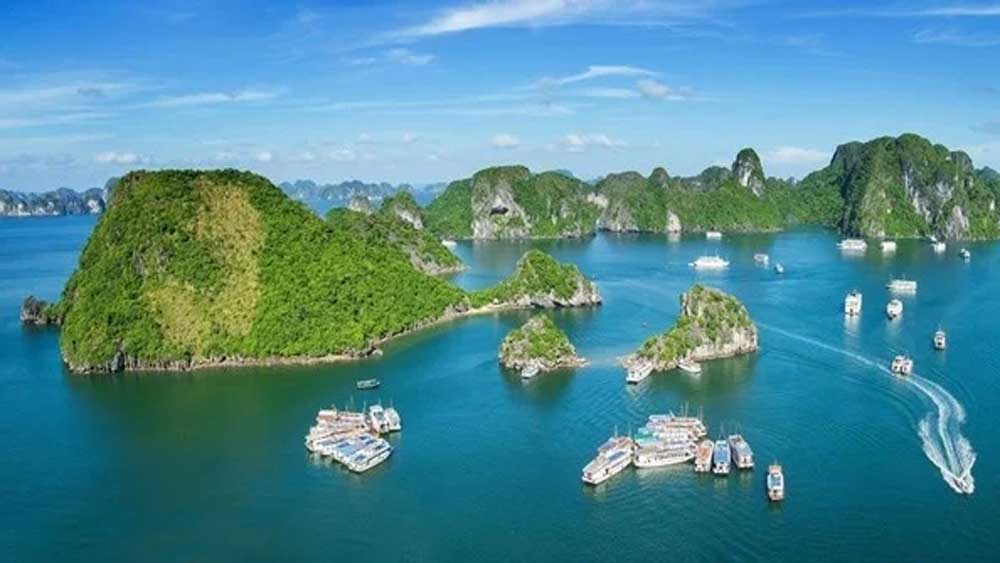 Tỉnh Quảng Ninh chính thức giảm 50% phí tham quan lưu trú trên vịnh Hạ Long từ ngày 10/7.