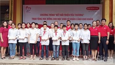 """Quỹ """"Vì cuộc sống tươi đẹp"""" trao học bổng cho học sinh nghèo học giỏi tại TP Bắc Giang"""