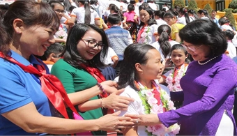 Vice President meets outstanding children from Nghe An