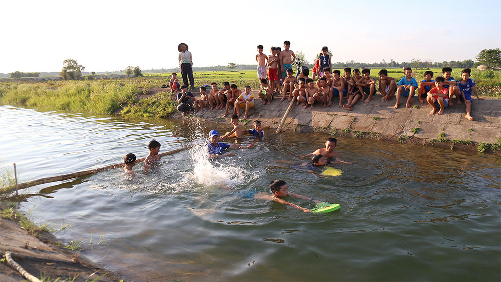 PE teacher ,  flood-hit youth, free swimming lessons