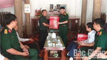 Thăm, tặng quà gia đình chính sách huyện Yên Thế
