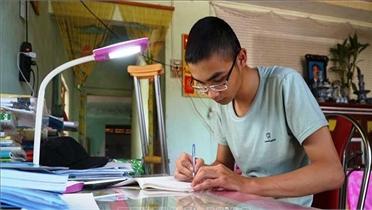 Cậu học trò khuyết một chân với ước mơ giảng đường Đại học