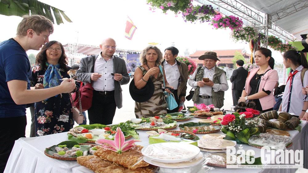 Du khách quốc tế tham quan gian trưng bày và thưởng thức ẩm thực tạiNgày Thơ Việt Nam được tổ chức tại Bắc Giang. Ảnh: Nguyễn Hưởng
