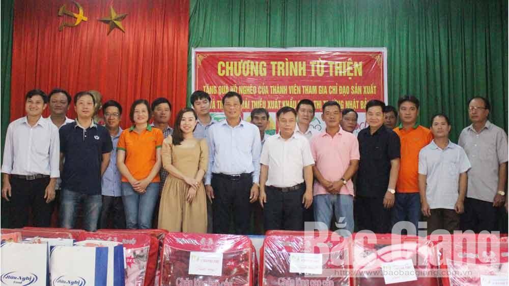 Tặng 100 suất quà cho gia đình chính sách, hộ nghèo xã Sa Lý và Tân Sơn