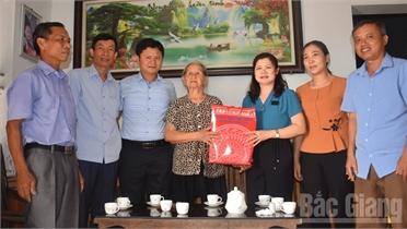 Bí thư Huyện ủy Tân Yên Lâm Thị Hương Thành thăm, tặng quà người có công