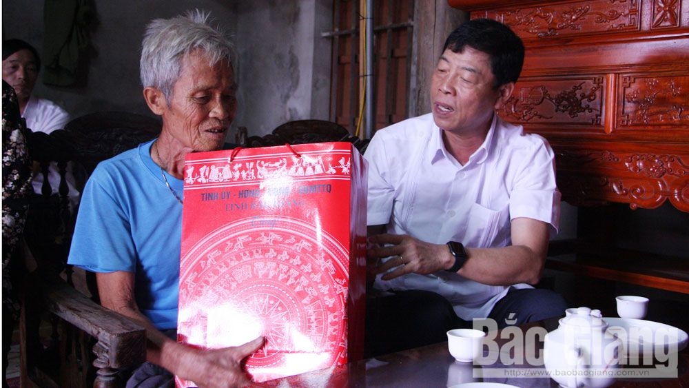 Bí thư Tỉnh ủy Bùi Văn Hải thăm, tặng quà người có công huyện Hiệp Hòa