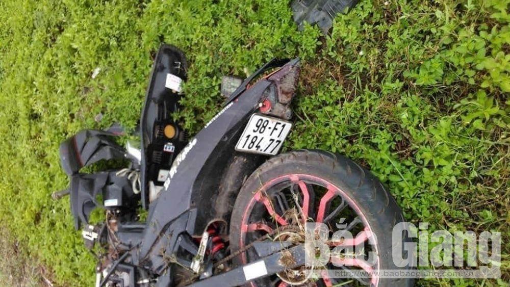 Xe mô tô văng xuống bãi đất và hư hỏng nặng sau va chạm.