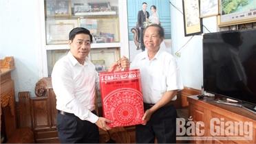 Chủ tịch UBND tỉnh Dương Văn Thái thăm tặng quà gia đình chính sách tại TP Bắc Giang