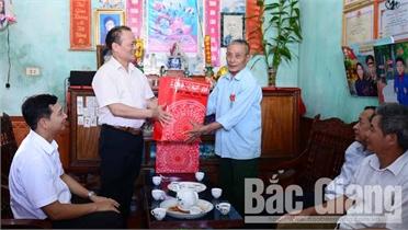 Phó Chủ tịch Thường trực UBND tỉnh Lại Thanh Sơn thăm, tặng quà người có công tại huyện Lục Ngạn