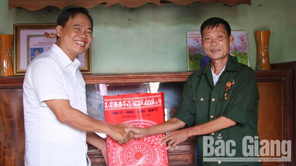 Phó Chủ tịch Thường trực HĐND tỉnh Bắc Giang Bùi Văn Hạnh thăm, tặng quà người có công huyện Lạng Giang