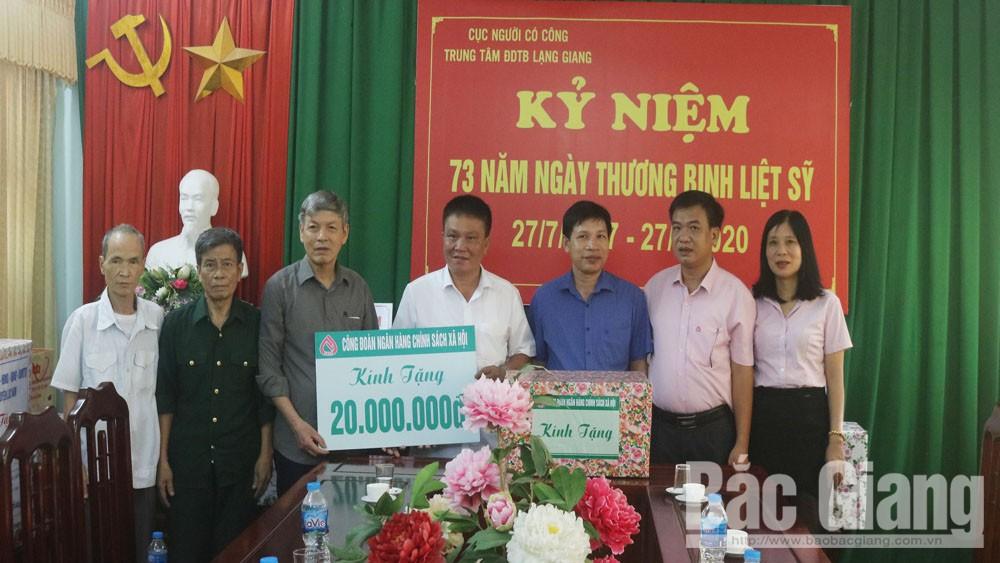 Ngân hàng Chính sách xã hội Chi nhánh Bắc Giang trao hơn 200 suất quà cho gia đình thương binh, liệt sĩ
