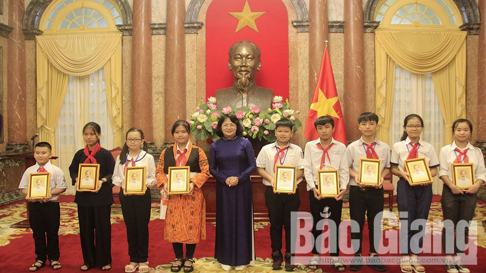 "Vice President congratulates 130 ""Uncle Ho's good children"" of Bac Giang province"