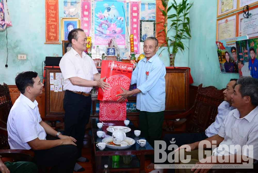 Bac Giang province, provincial leaders, visit and present gifts, national contributors, 73rd anniversary, Wounded Soldiers' and Martyrs' Day, deep tribute, great contribution and sacrifice