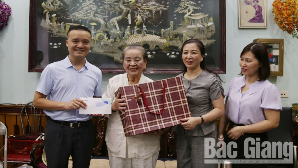Phó Bí thư Thường trực Tỉnh ủy Lê Thị Thu Hồng thăm, tặng quà gia đình liệt sĩ
