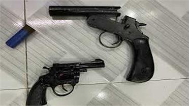 Tạm giữ 2 đối tượng nghiện ma túy mang theo súng