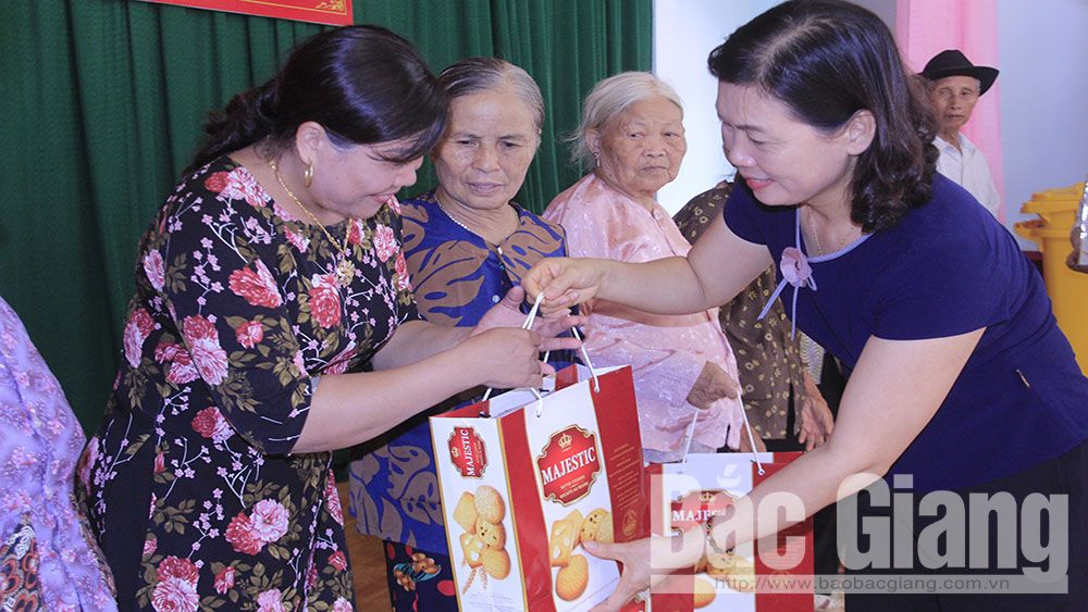 Phụ nữ Bắc Giang: Hơn 1 nghìn suất quà tặng người có công, gia đình chính sách