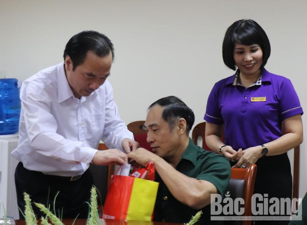 Phó Chủ tịch Ủy ban Trung ương MTTQ Tổ quốc Việt Nam Ngô Sách Thực, thăm, tặng quà. Trung tâm Điều dưỡng người có công tỉnh Bắc Giang, Bắc Giang