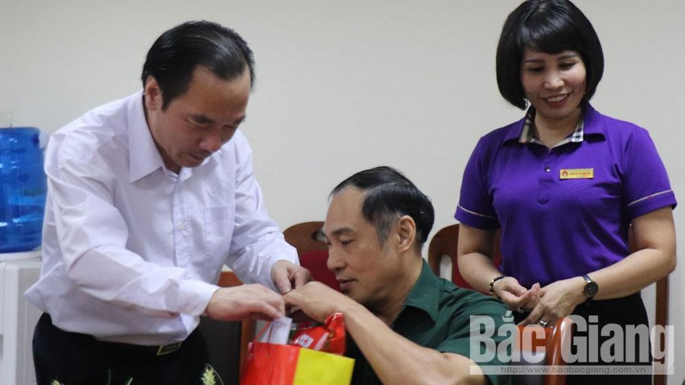 Phó Chủ tịch Ủy ban T.Ư MTTQ Tổ quốc Việt Nam Ngô Sách Thực thăm, tặng quà Trung tâm Điều dưỡng người có công tỉnh Bắc Giang