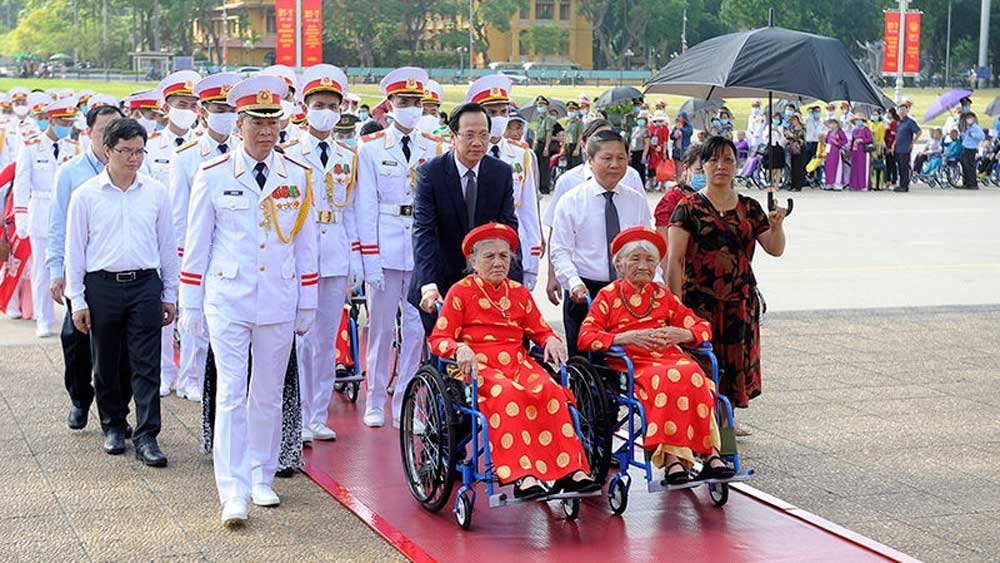 Heroic Vietnamese mothers pay tribute to President Ho Chi Minh