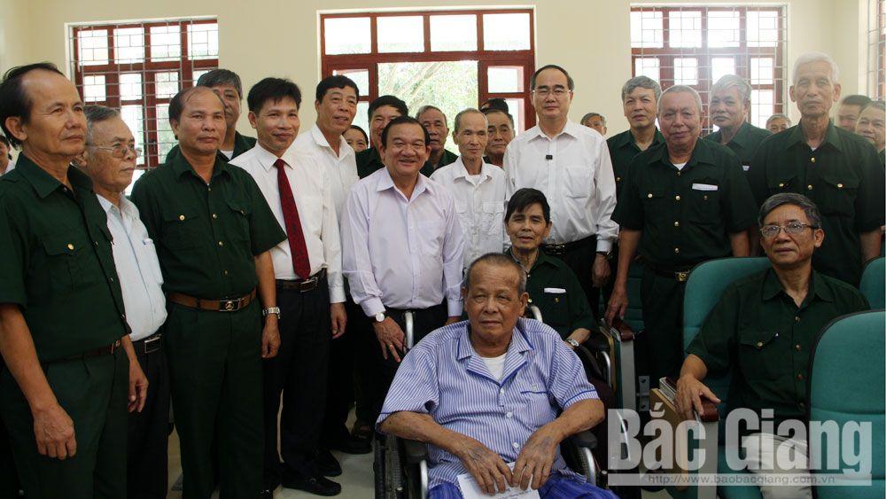 Bí thư Thành ủy TP Hồ Chí Minh Nguyễn Thiện Nhân thăm, tặng quà Trung tâm Điều dưỡng thương binh Lạng Giang