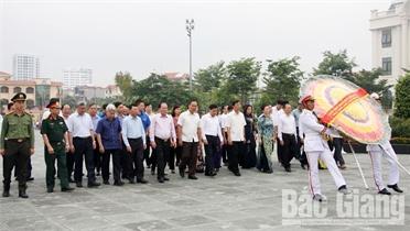Các đồng chí lãnh đạo tỉnh dâng hương tưởng niệm các Anh hùng liệt sĩ