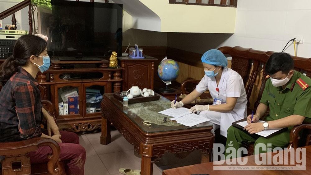 Lực lượng chức năng phường Dĩnh Kế (TP Bắc Giang) rà soát thông tin người về từ Đà Nẵng.