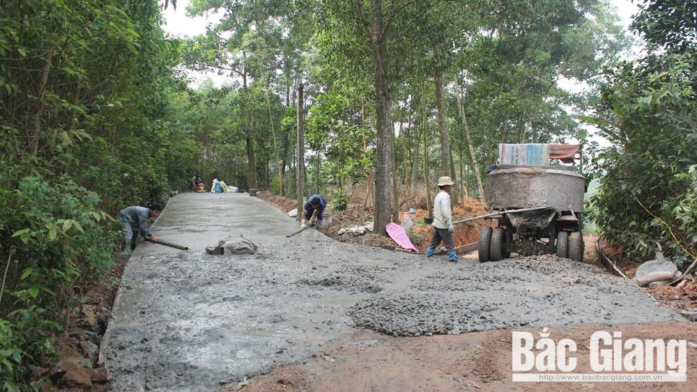 Người dân bản Hom, xã Tam Hiệp chung tay cứng hóa đường giao thông.