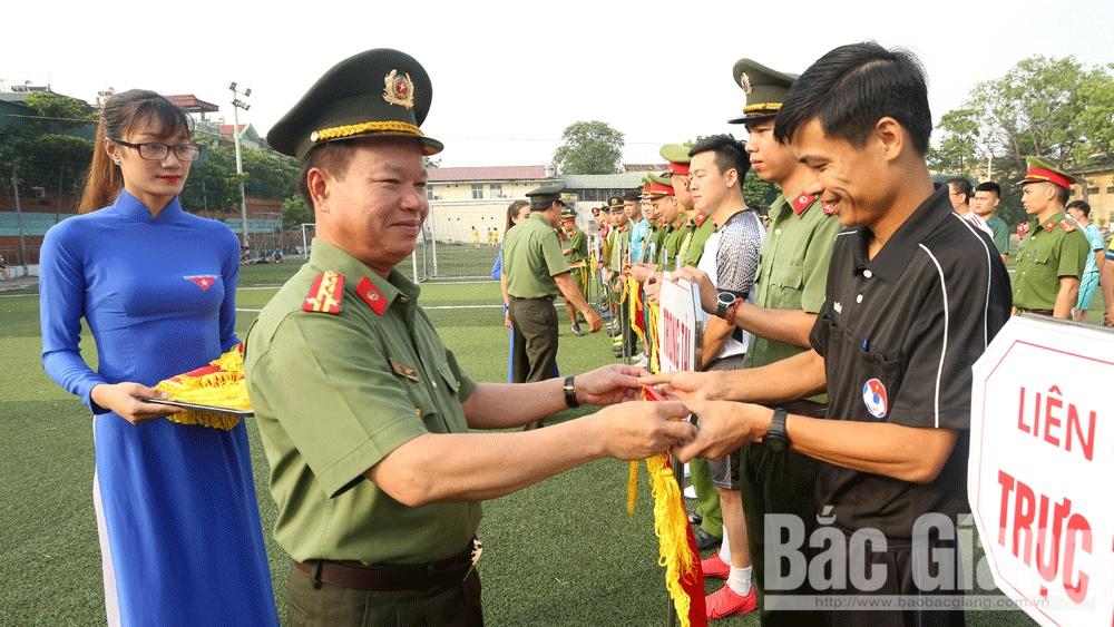 Phó Giám đốc Công an tỉnh, Đại tá Nguyễn Văn Chức trao cờ lưu niệm cho các đơn vị tham gia giải.