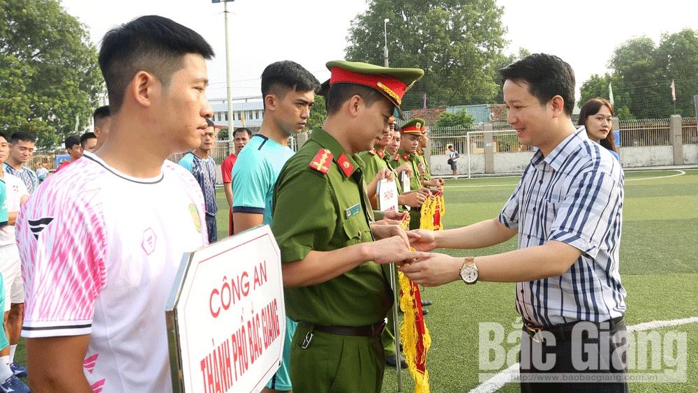 Phó Bí thư Tỉnh đoàn Lê Minh Hải trao cờ lưu niệm cho các đơn vị tham gia.