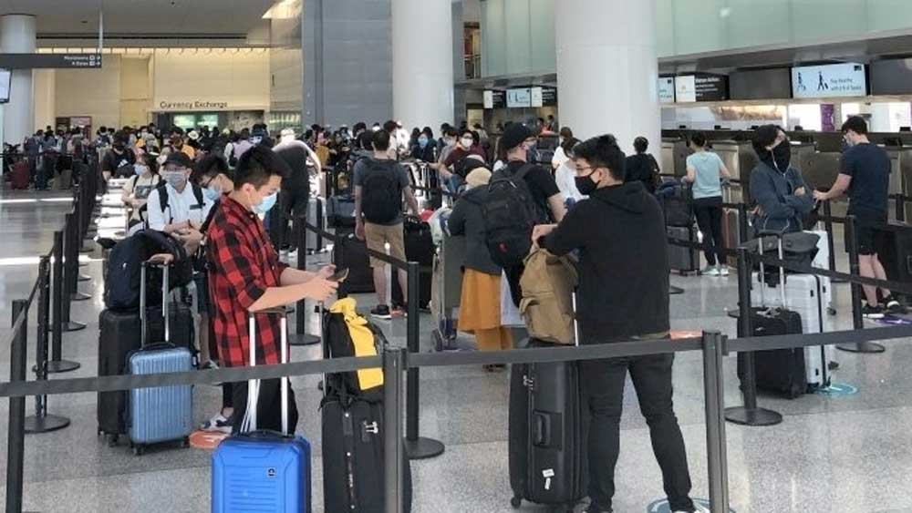 More stranded Vietnamese citizens, flown home, the US, Strict security, safety measures, spread of the disease
