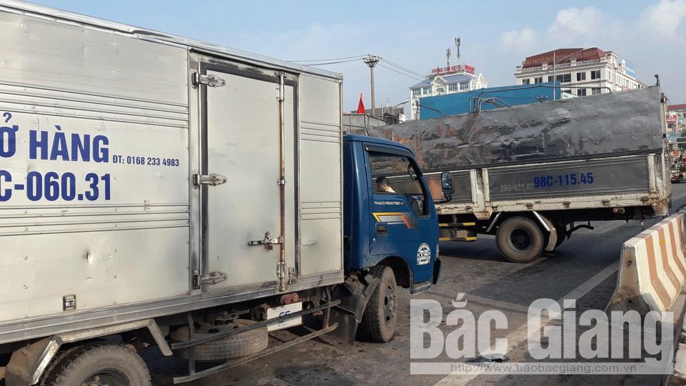 Đi ngược chiều trên cầu vượt cao tốc Hà Nội - Bắc Giang, 2 xe tải va chạm, lái xe bị thương