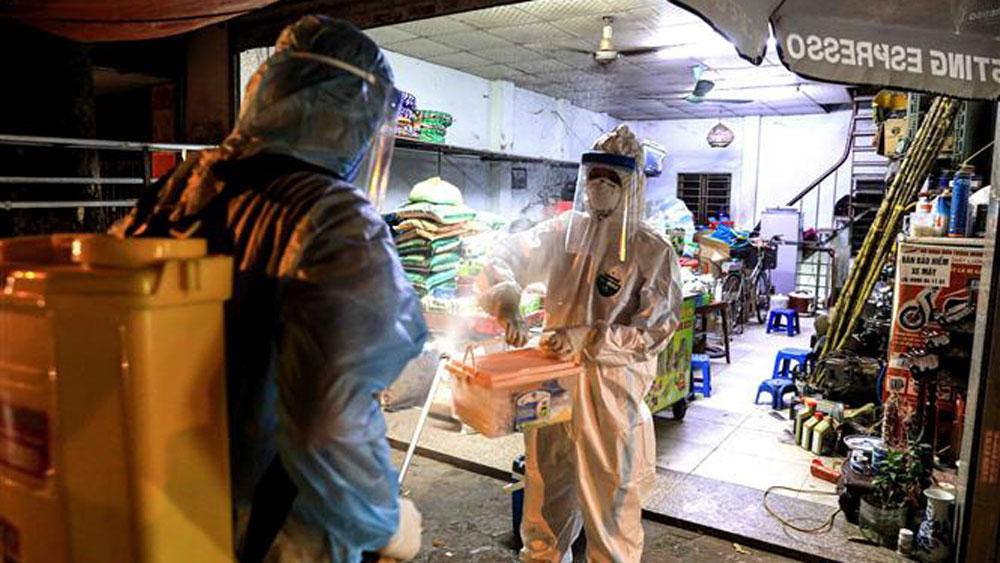 Lực lượng y tế quận Tây Hồ  (Hà Nội) tiến hành phun khử khuẩn các hộ lân cận ngõ 466 Hoàng Hoa Thám.
