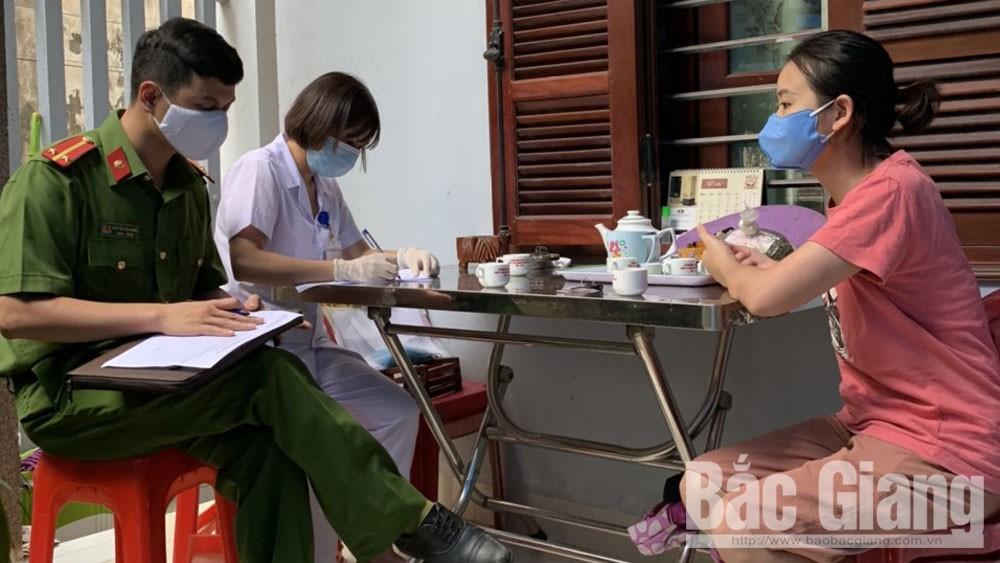 Lực lượng chức năng phường Dĩnh Kế (TP Bắc Giang) rà soát nắm tình hình người về từ Đà Nẵng.
