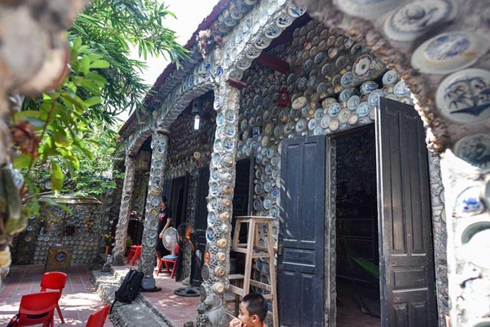 """Clip: """"Độc nhất vô nhị"""" ngôi nhà gắn hơn 10.000 bát, đĩa cổ ở Vĩnh Phúc"""