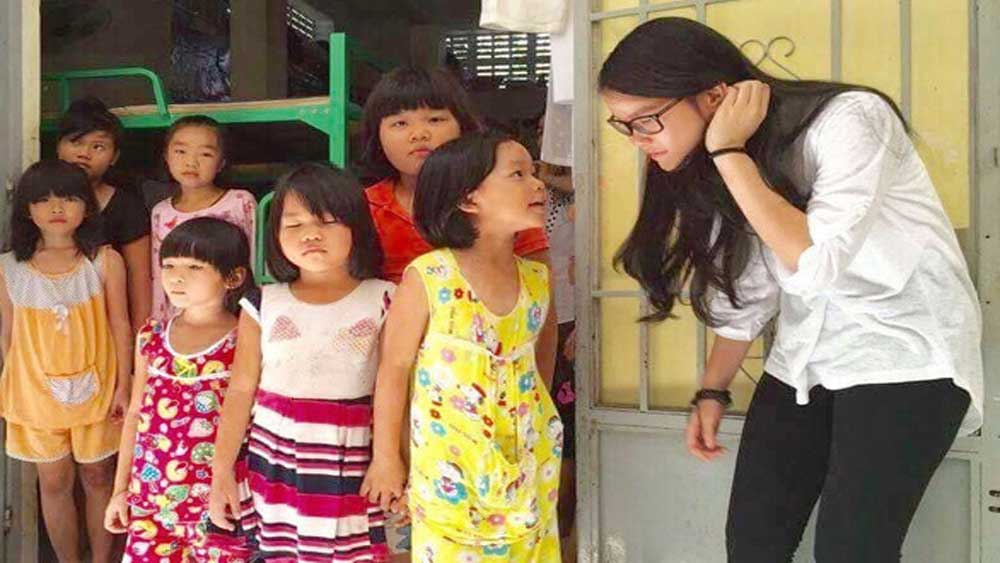 Kind-hearted schoolgirl, unfortunate children, Mother Teresa, charity group, Vo Hong Nghi, 12th grader, Kind Hearts, charity activities