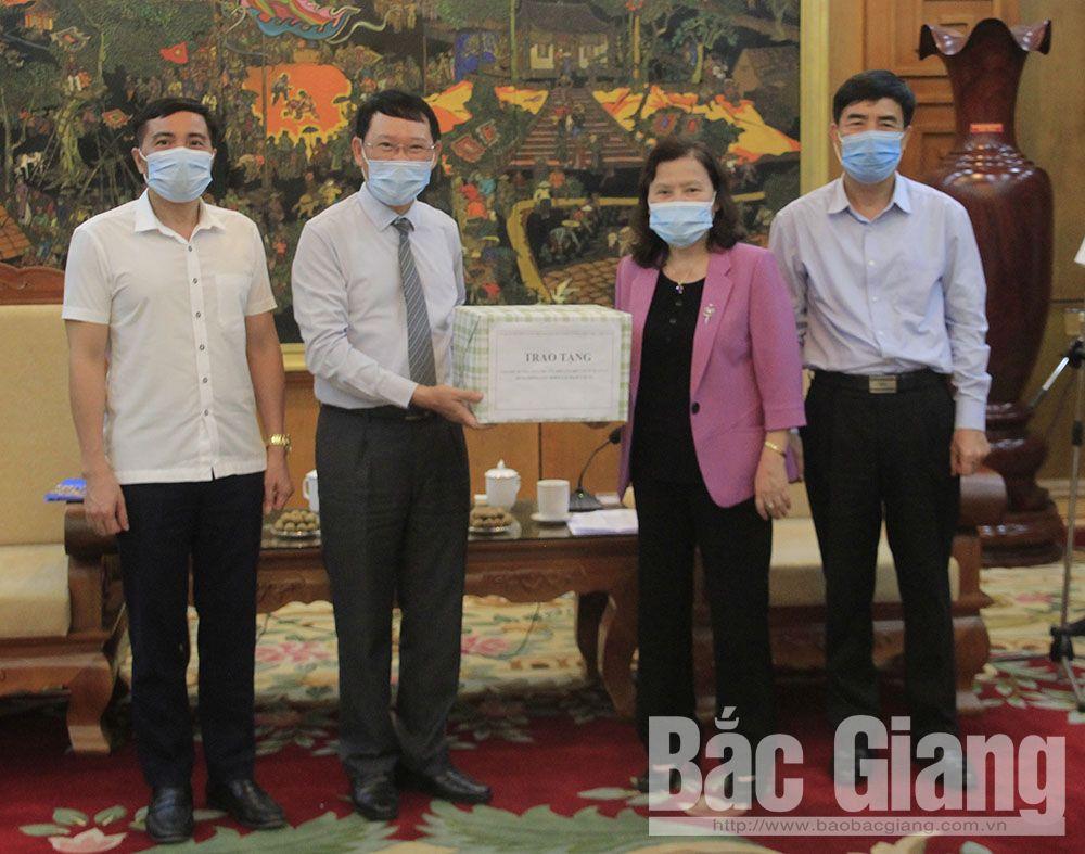 Phó Chủ tịch UBND tỉnh Lê Ánh Dương và đại diện Sở Y tế tiếp nhận tài liệu hướng dẫn do bà Nguyễn Thị Xuyên, Chủ tịch Tổng hội Y học Việt Nam trao tặng.