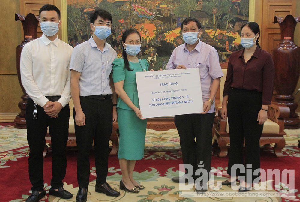 Đại diện Tổng hội Y học Việt Nam và nhà tài trợ trao tượng trưng khẩu trang y tế cho đại diện Bệnh viện Đa khoa tỉnh.