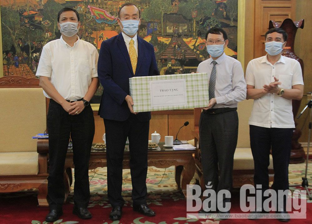 Trưởng đại diện Tổ chức Y tế Thế giới tại Việt NamKidong Parkcùng đại diện Tổng hội Y học Việt Nam trao máy đo huyết áp cho Phó Chủ tịch UBND tỉnh Lê Ánh Dương và đại diện Sở Y tế.