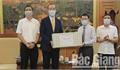 Đại diện Tổ chức Y tế Thế giới và Tổng hội Y học Việt Nam trao tặng máy đo huyết áp, khẩu trang y tế cho Bắc Giang